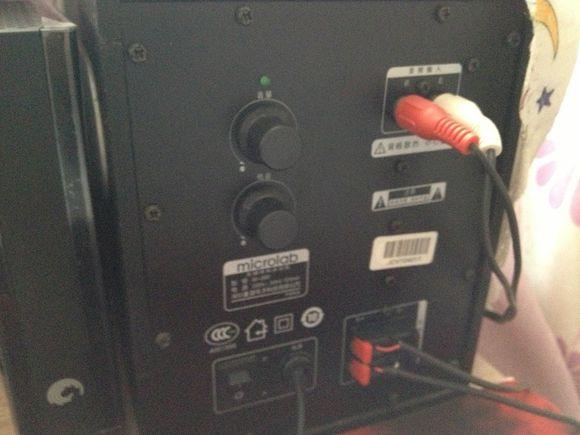 电脑音箱怎么安装 1、选择合适的音箱将USB线与电脑相连。 2、将音箱的音频线连接电脑的音频插口(一般为绿色)。 3、经过上面的步骤一般就能正常使用,如果没有声音可以打开控制面板,找到声音配置选项,将播放设备选择成当前的播放设备就能正常使用了。